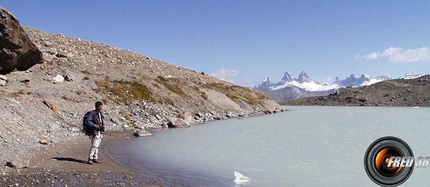 Les Aiguilles d'Arve et le lac.