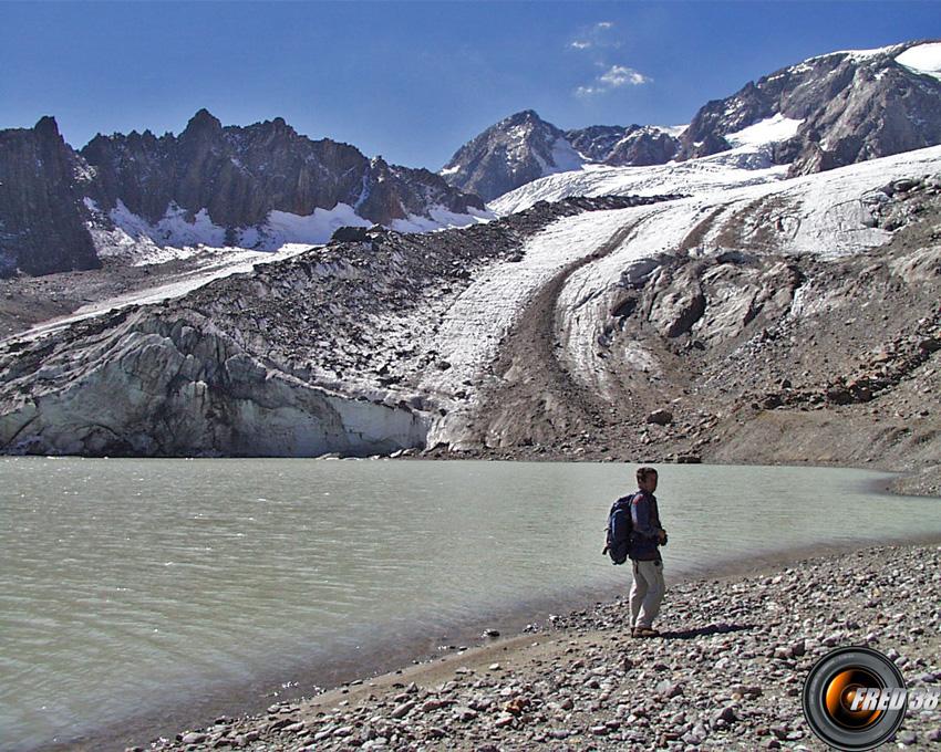 Le glacier plongeant dans le lac en 2003.