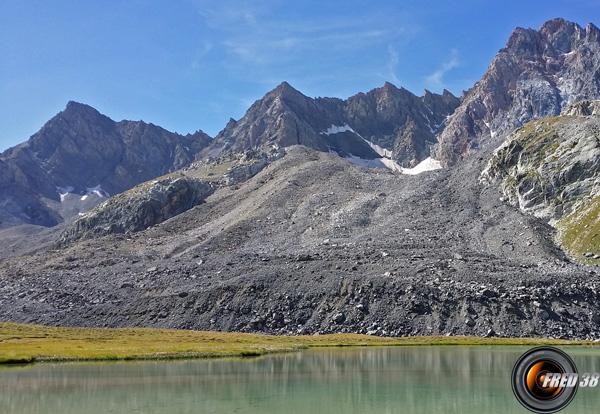 Le petit lac sous la moraine et l'Aiguille de Chambeyron.