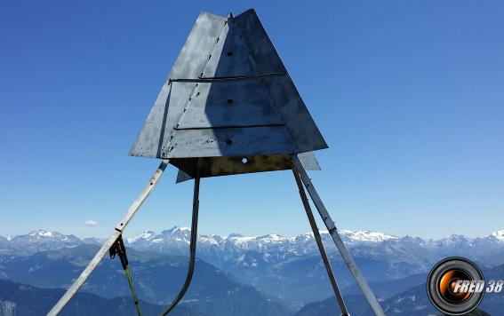 La balise géodésique du sommet.