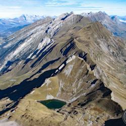 Le lac et la chaîne des Aravis vus du sommet.