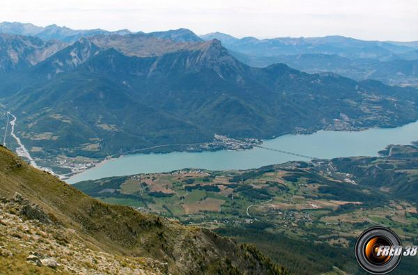 le lac de Serre-Ponçon vu du sommet.