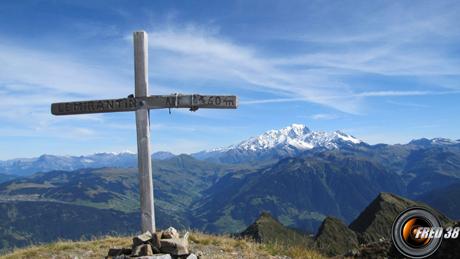 La croix du sommet, et en fond le Mont-Blanc.