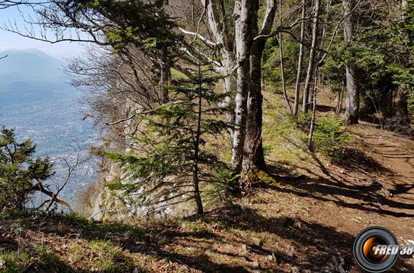 Le sentier suit la falaise.