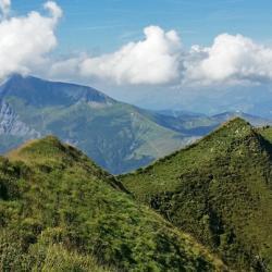 Les crêtes du sommet, en fond le mont Joly.