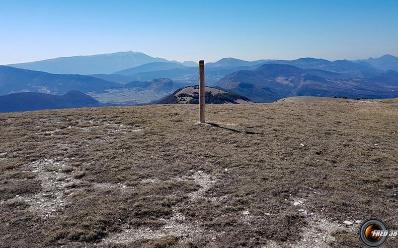 Le sommet et en fond le mont Ventoux.