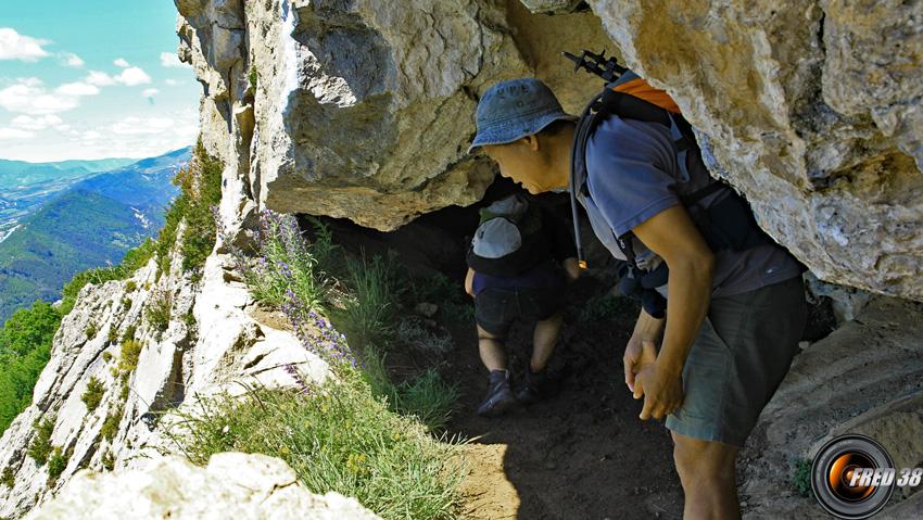 """La """"fenêtre"""" en falaise dans la grotte,"""