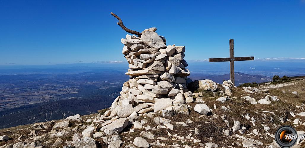Le sommet et la vue sur la vallée du Rhône.