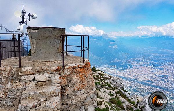 La table d'orientation du sommet surplombant Grenoble.