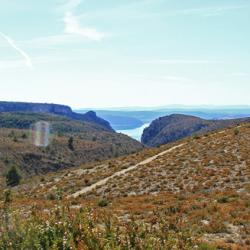 Le plateau et en fond le lac de Sainte-Croix.
