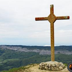 la croix près du sommet.