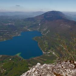Lacs d'Aiguebelette au premier plan et du Bourget au fond.