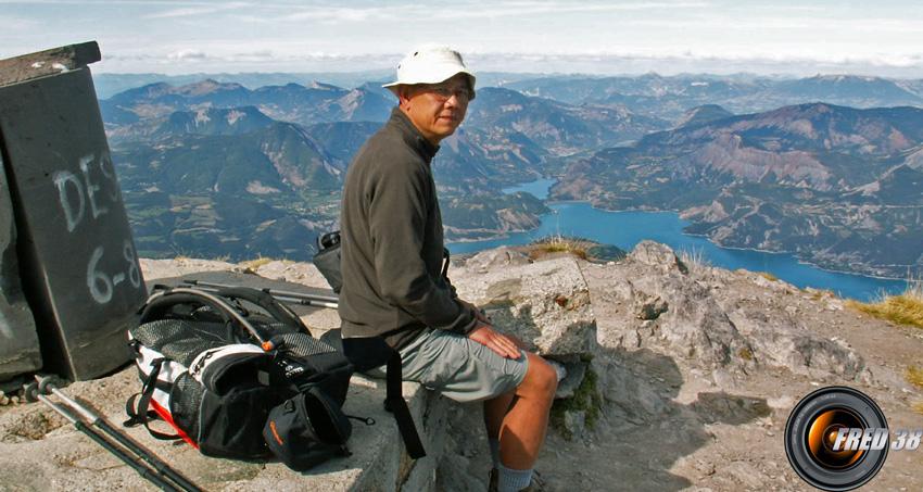 Le sommet et le lac de Serre Ponçon en fond.