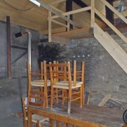 Grande pièce avec table et chaises.