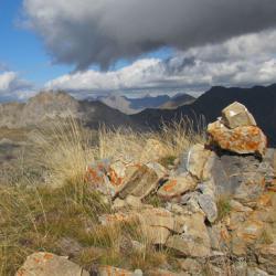 Le cairn du sommet, en fond le Chapeau de Gendarme.