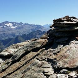 Le sommet et en fond le massif des Rousseset l'Étendard.