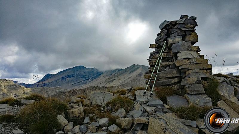 Le cairn du sommet et en fond l'Estrop.
