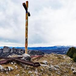 La croix debout.