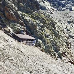 Le refuge au pied de la falaise