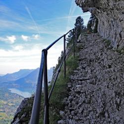 Passage taillé dans la roche