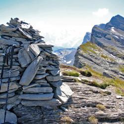 Le cairn du sommet et en fond les Rochers de Fiz.