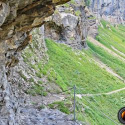 Passage taillé dans la roche près de la cascade de Sales.
