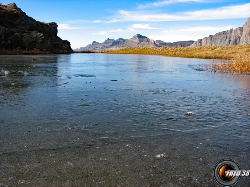le lac sous la glace.