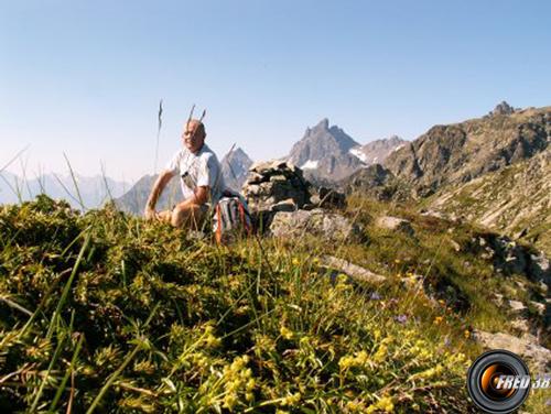 Le sommet avec en fond le Grand Pic de Belledonne.
