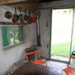 Table, chaise, bancs, une fenêtre.