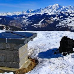 Le sommet et en fond le Mont-Blanc.