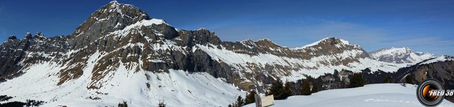 Panoramique côté Aravis avec le Mont Charvin.