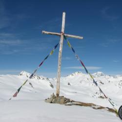 La croix sous le sommet.