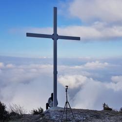 La croix du sommet au dessus de Chignin.