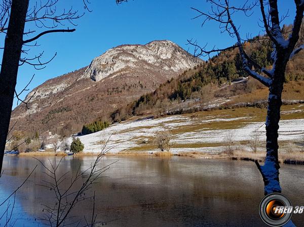 Lac de la Thuile et en fond le Pic de la Sauge.