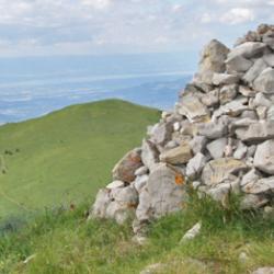 La cairn du sommet et en fond le lac Léman.
