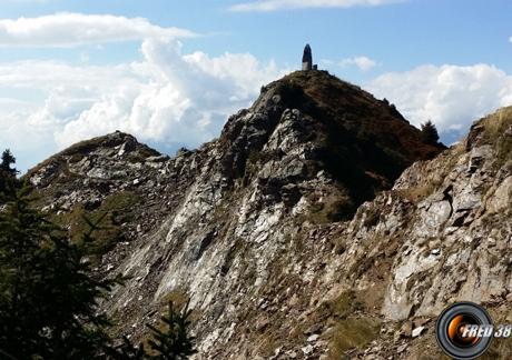 Le sommet et sa stèle