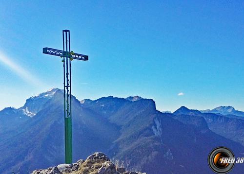 La croix juste sous le sommet