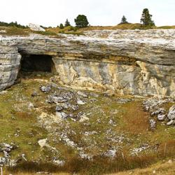 Grotte dans une grande doline un peu en dessous du sommet.