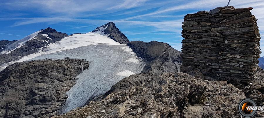 Le cairn du sommet et la Grande Sassière