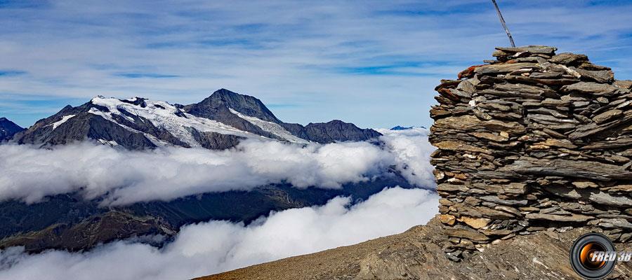 Le cairn du sommet et le Mont Pourri