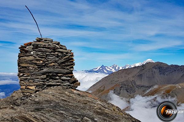 Le cairn du sommet et le Mont-Blanc