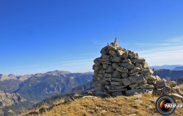 Le gros cairn du sommet.