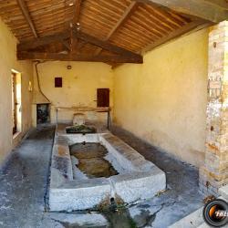 Le vieux lavoir avec une cheminée.