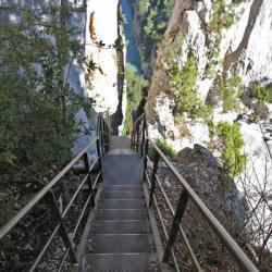 les escaliers de la brêche Imbert avec le Verdon en fond.