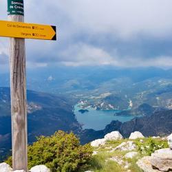 Le sommet et en fond le lac de Castillon.
