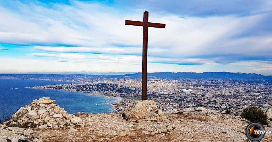 La croix du sommet avec vue sur Marseille.