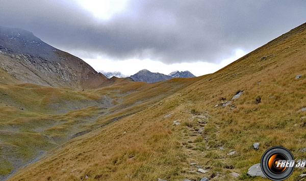 Entre le Neyrard à gauche et le sommet des Clottous à droite.