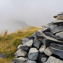 Le cairn du sommet et la crête descendant à Pissegui.