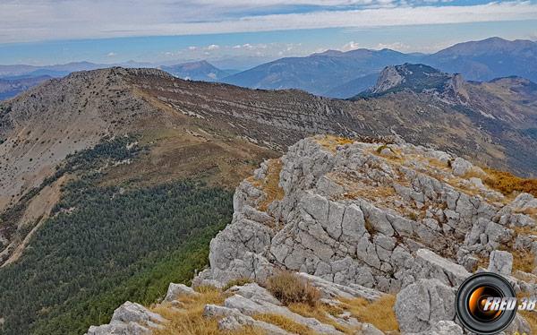 A gauche le sommet de Pré Chauvin et la Cadière de Brandis.