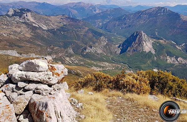 Le sommet et à droite la Montagnede Robion.